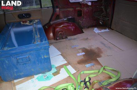 À l'arrière, un simple habillage de bois permet de stocker le matériel de bivouac et les outils nécessaires au rallye.