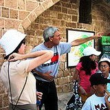 Private Guide Israel Tour: Zack Shavin guiding a famiiy in Jerusalem Old City