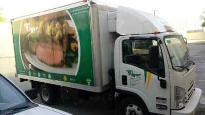 Vista lateral de rotulación vehicular camión Vigar