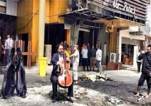 Kareem Wasfi mentre suona a Baghdad subito dopo l'esplosione di una bomba nel luogo del massacro