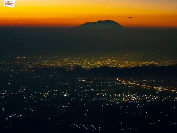 gunung lawu berbalut cahaya kota