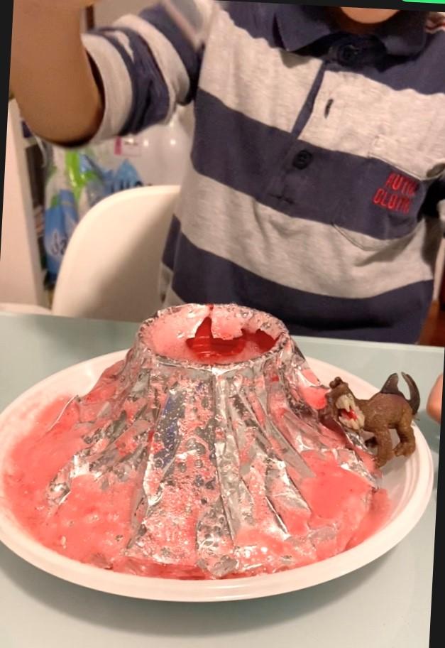 eruzione del vulcano con bicarbonato