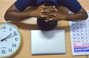 Dormir la siesta en la oficina te puede traer múltiples beneficios