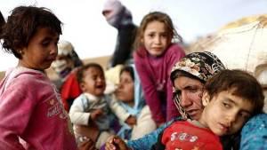 Mujeres y niños huyen de los combates en provincia siria de Hama