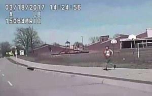 Policía arrolla a una mujer armada (video)