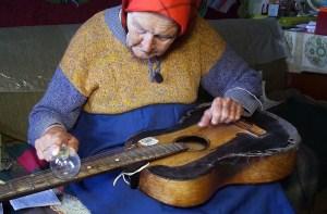 """""""Me dicen la 'mujer guitarra'"""": La abuelita bielorrusa que toca blues con un foco"""