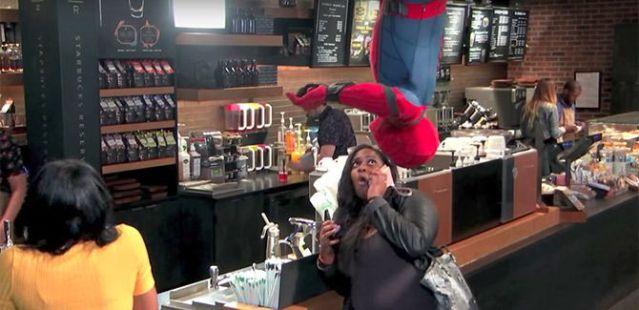Spider-Man asusta a los clientes de una cafetería