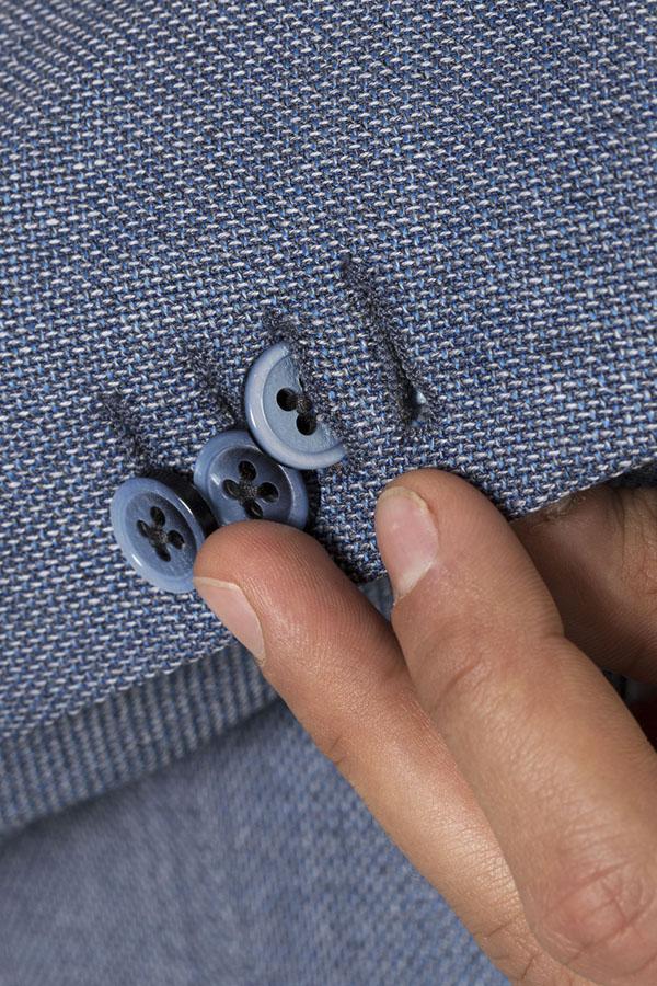 tre bottoni sulla manica di una giacca