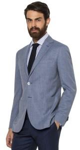 Un exemple de tenue dépareillée aux forts contrastes chromatiques : blazer bleu texturé et pantalon bleu