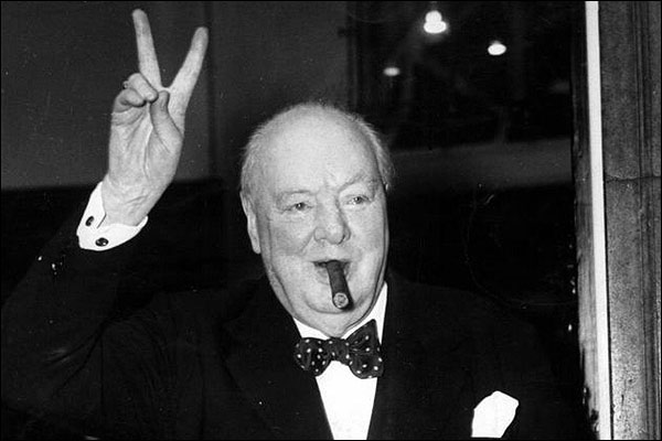 Immagine storica di Winston Churchill in bianco e nero con sigaro e papillon a pois