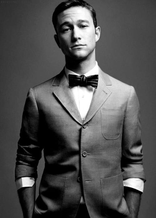 Immage in bianco e nero di Joseph Gordon Levitt che indossa un papillon classico con pattern a righe, giacca e camicia bianca
