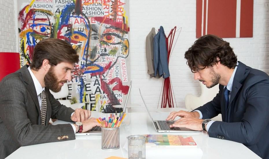 uomini in abito formale davanti ad un computer