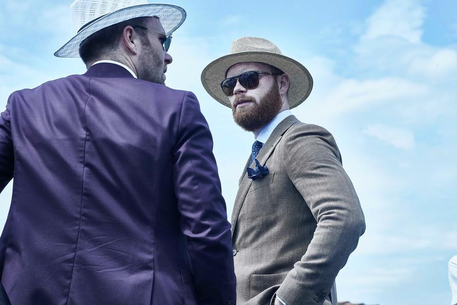 Il cappello di paglia (Paglietta). Due uomini dallo stile hipster indossano  un ... 9369042318f8