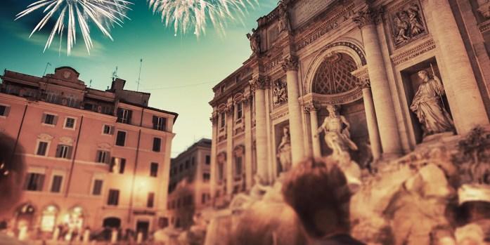 Fiochi d'artificio a capodanno presso la fontana di Trevi a Roma