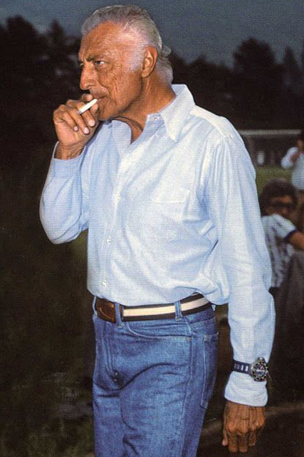 Gianni Agnelli indossa una camicia azzurra button-down con taschino