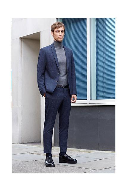 Abito ton sur ton: blazer giacca blu chiaro e pantalone blu scuro
