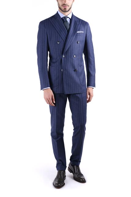 Costume tailleur bleu à fines rayures avec veste croisée.