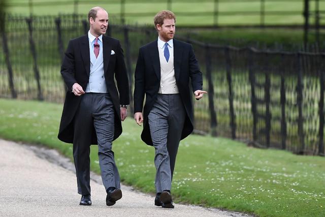 I principi William e Henry passeggiano indossando un modello del tipico tight inglese