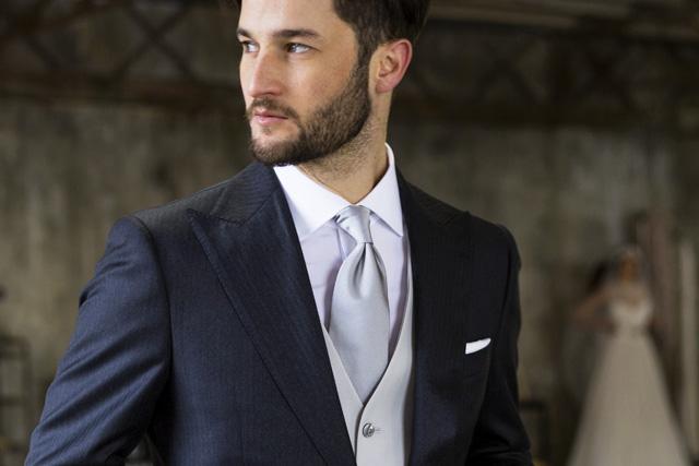 Abito blu con cravatta grigia