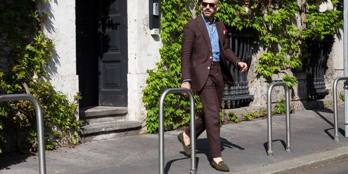 Uomo indossa abito marrone in lino in città