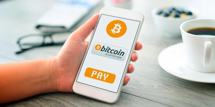 Cellulare con metodi di pagamento via bitcoin in evidenza sullo schermo