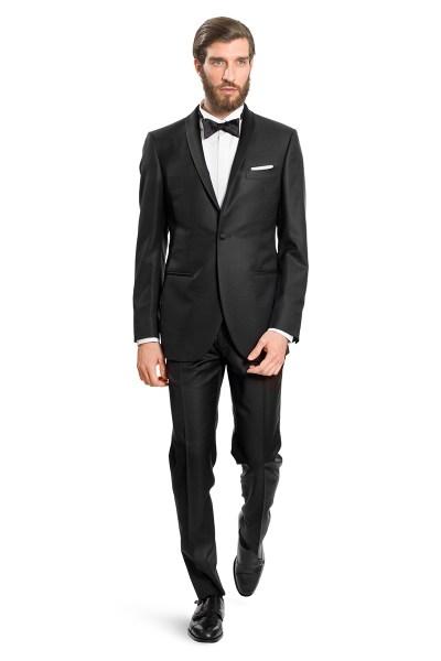 Un uomo indossa uno smoking nero