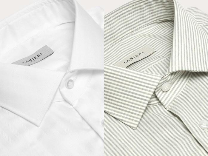 A gauche une chemise en coton blanc, à droite une chemise en laine mérinos stretch rayée grise.