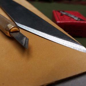 Strope d'affûtage en cuir Sophie Lanini Cuir maroquinerie cordonnerie gainerie d'art