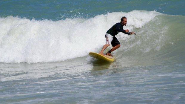foto sergio volpini sulla tavola da surf