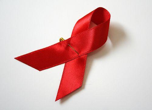 il fiocco rosso simbolo della lotta contro l'aids