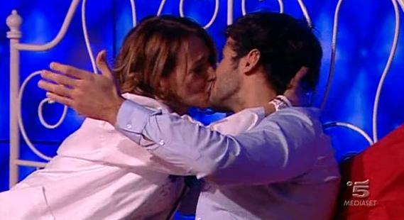 Bacio tra Rudolf e Barbarella