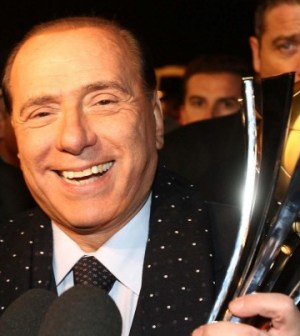 Silvio Berlusconi stringe la coppa vinta da Milan