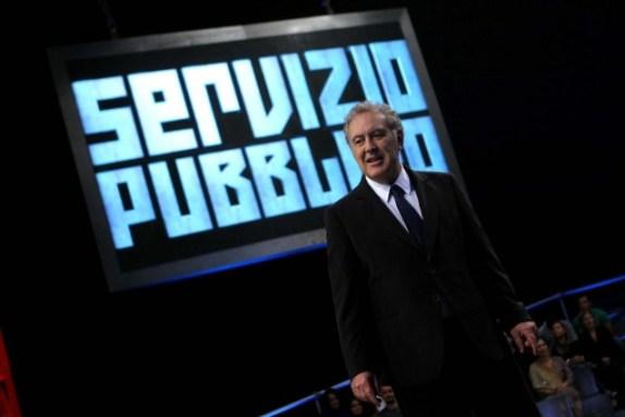 Michele Santoro conduce una nuova puntata di Servizio Pubblico