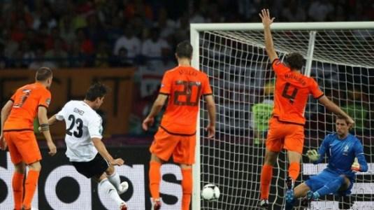 foto gol di mario gomez euro 2012