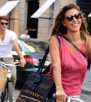 Belen e Stefano passeggiata sexy in bici