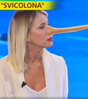 foto sonia bruganelli attacca striscia la notizia