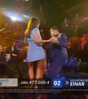 Belen Rodriguez fa una sorpresa a Maradona in diretta ad ...