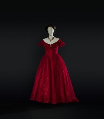 5-La traviata di Verdi, 1990. Costume di Pescucci per Violetta (Fabbricini). Foto Francesco M. Colombo