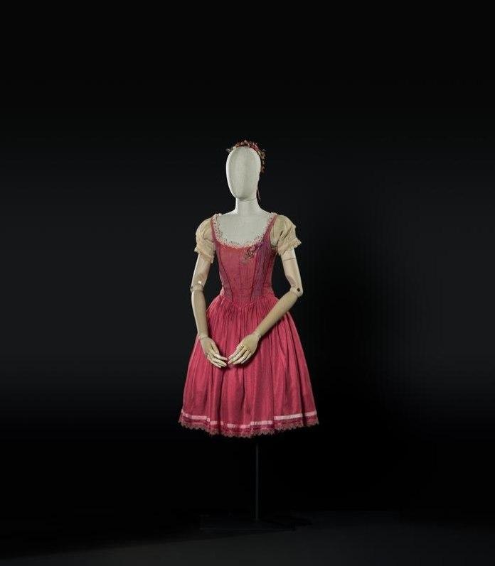 4-La fille mal gardee di Hertel-Herold, 1987. Costume di Spinatelli per Lisa (Fracci). Foto Francesco M. Colombo