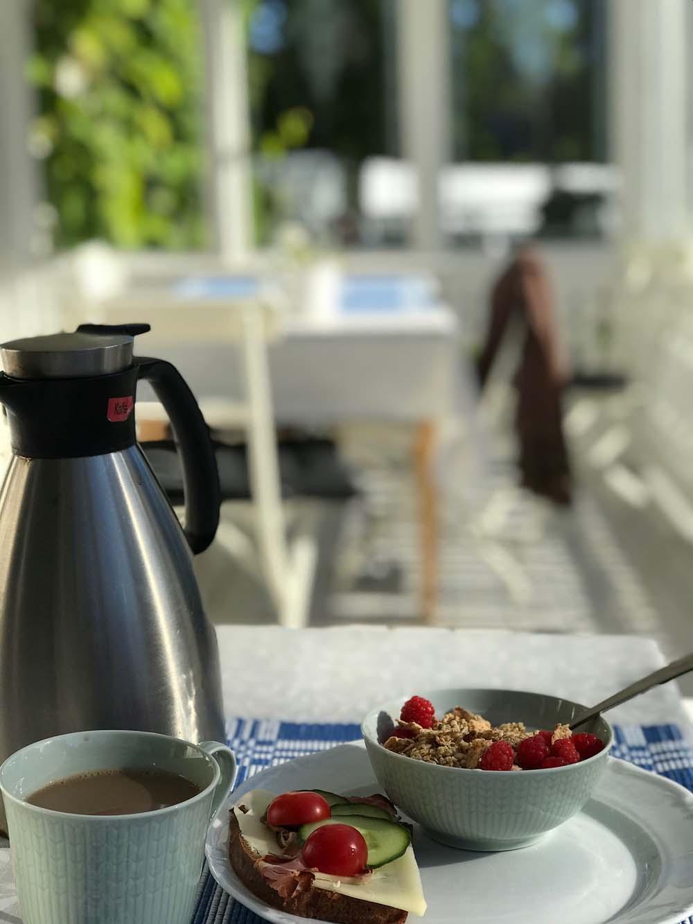 Frukost på Länsmansgårdens veranda