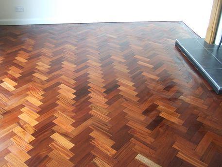lantai kayu solid jadi menggunakan teknik Herringbone