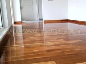 lantai kayu ruang keluarga