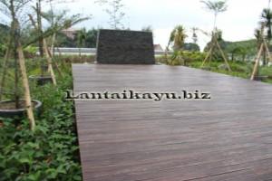 pemesangan lantai kayu di istana negara
