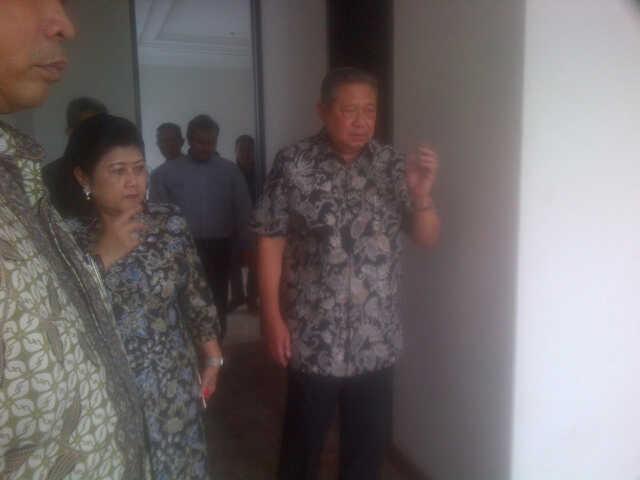 pemasangan lantai kayu di kediaman Edhie Baskoro Yudhoyono