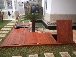 Pemasangan decking kayu merbau di halaman rumah