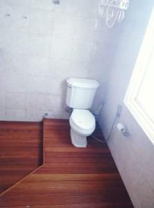 Pemasangan decking kayu di kamar mandi