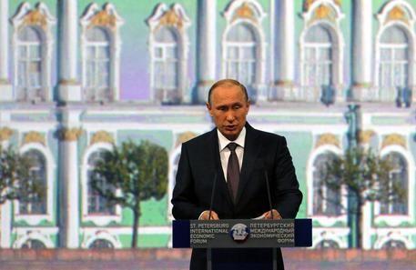 Putin al Forum di San Pietroburgo: Gli Usa si arrendano. Siamo noi che decidiamo quali sono i nostri interessi