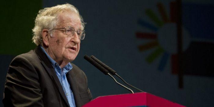 Chomsky: così i gruppi mediatici insediano al potere chi vogliono. Il caso Argentina
