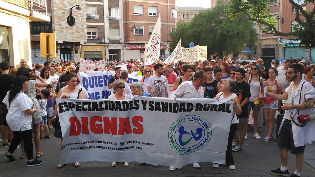 La manifestación de este miércoles en las calles de Astorga. | P. FERRERO