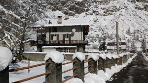Veduta invernale del Rifugio Les Montagnards